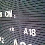 Lettres modulables sur panneau rainuré